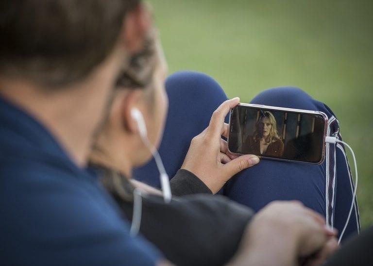 Aprenda como assistir TV pelo celular em qualquer lugar